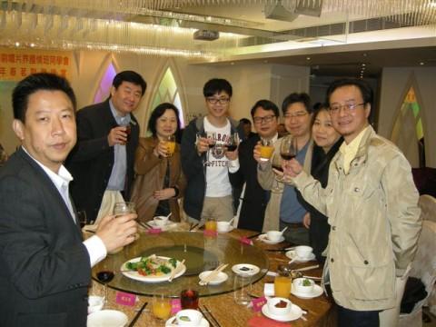 中联办周爱国副部长向同学敬酒联谊