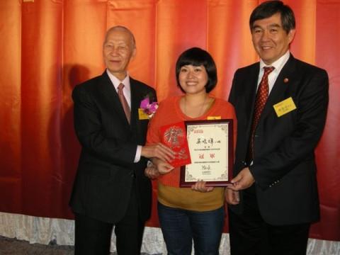 卡拉OK大赛吴晓辉小姐以一曲《在那东山顶上》夺得冠军