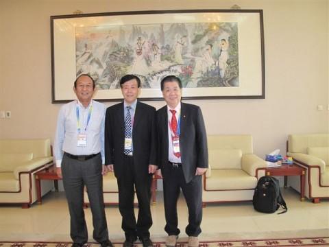 与陆长安联谊交流,左起:林兆光、陆长安、林和安