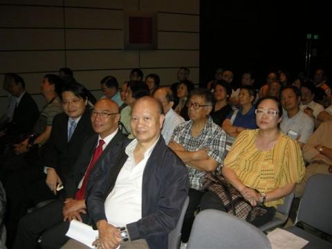 与好友梁健、潘树仁、区耀辉共同出席论坛