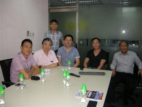 陈志宏先生(右二)介绍网络合版印刷流程