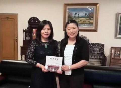 雾峰林家明台高中董事长林芳媖女士接受赠书