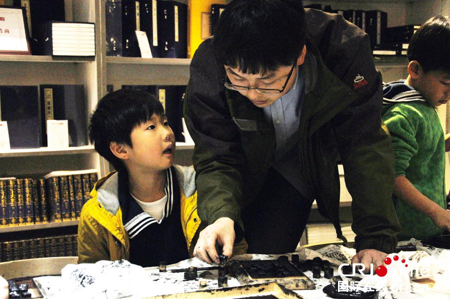 北京小学生的活字印刷课高清组图
