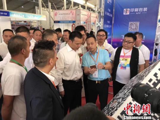 苍南县县长郑建忠听参展商介绍产品。苍南宣传部提供